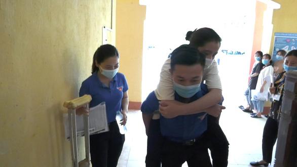 Nữ sinh bị thương ở chân, được thanh niên tình nguyện đưa đón đi thi mỗi ngày - Ảnh 1.
