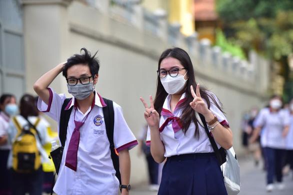 Sóng của Xuân Quỳnh vào đề thi tốt nghiệp, thí sinh kêu hơi khó phần đọc hiểu - Ảnh 11.