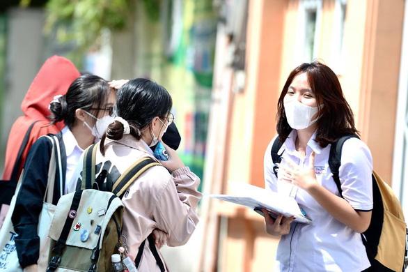 Sóng của Xuân Quỳnh vào đề thi tốt nghiệp, thí sinh kêu hơi khó phần đọc hiểu - Ảnh 5.