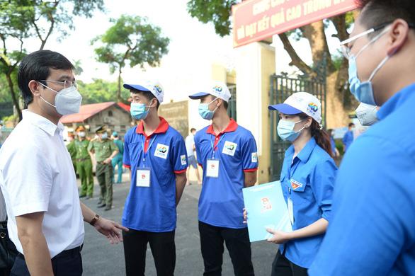Chiến sĩ tình nguyện: Vừa tiếp sức mùa thi, vừa đảm bảo phòng chống dịch - Ảnh 1.