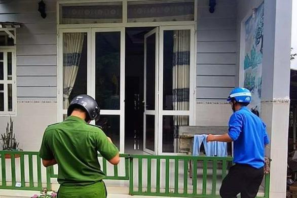 Thí sinh đang ngủ, tình nguyện viên tới nhà dựng dậy chở đi thi tốt nghiệp - Ảnh 1.