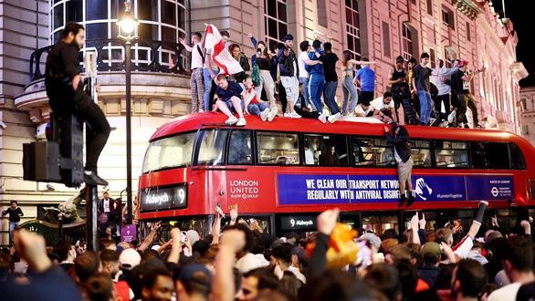 Cổ động viên Anh đánh nhau như cao thủ MMA sau chiến tích lịch sử ở Euro 2020 - Ảnh 2.