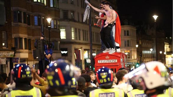Cổ động viên Anh đánh nhau như cao thủ MMA sau chiến tích lịch sử ở Euro 2020 - Ảnh 7.
