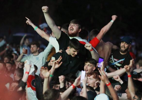 Cổ động viên Anh đánh nhau như cao thủ MMA sau chiến tích lịch sử ở Euro 2020 - Ảnh 9.