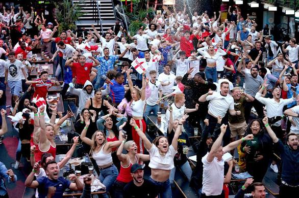 Cổ động viên Anh đánh nhau như cao thủ MMA sau chiến tích lịch sử ở Euro 2020 - Ảnh 11.