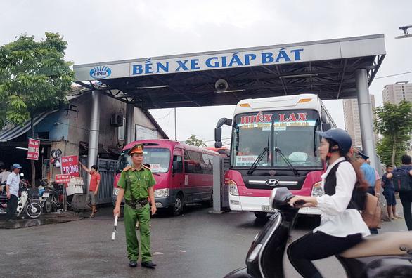 Tạm dừng chở khách công cộng bằng đường bộ từ Hà Nội đến 14 tỉnh, thành phố - Ảnh 1.