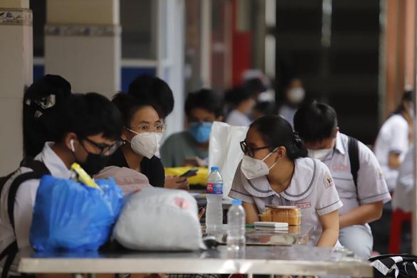 Bảo hiểm sức khỏe chi trả như thế nào cho học sinh, sinh viên mắc COVID-19? - Ảnh 1.