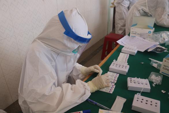 TP.HCM lập trung tâm xét nghiệm dã chiến 10.000 mẫu mỗi ngày - Ảnh 1.