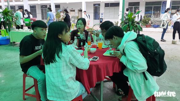Một buổi trưa của người thầy thầm lặng chăm lo bữa ăn, chỗ nghỉ cho thí sinh - Ảnh 3.