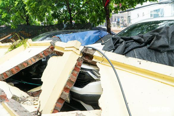 Bức tường trường mầm non đổ sập, đè bẹp đầu 13 xế hộp - Ảnh 3.