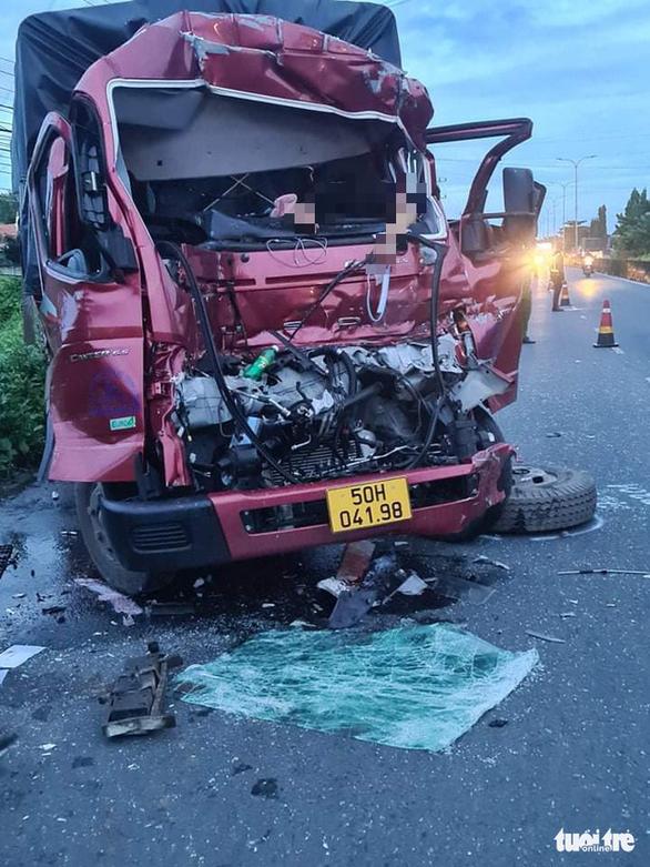 Tông đuôi xe tải đậu ven đường, 1 người chết, 1 người bị thương - Ảnh 1.
