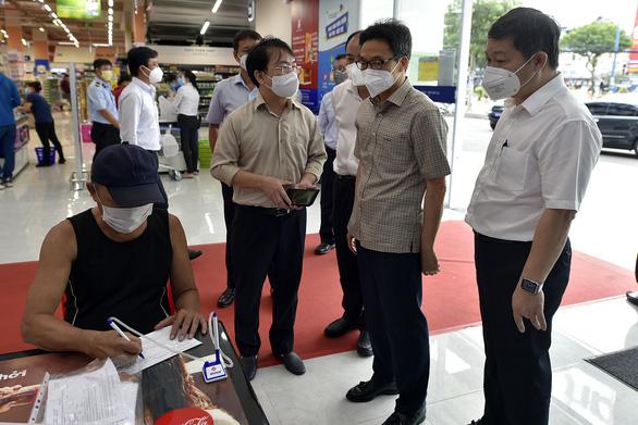 Phó thủ tướng Vũ Đức Đam kiểm tra bệnh viện dã chiến, khu phong tỏa, siêu thị tại TP.HCM - Ảnh 2.