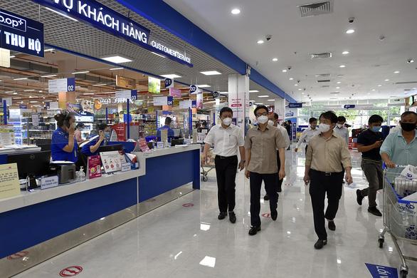 Phó thủ tướng Vũ Đức Đam kiểm tra bệnh viện dã chiến, khu phong tỏa, siêu thị tại TP.HCM - Ảnh 7.