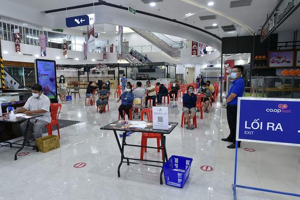 Phó thủ tướng Vũ Đức Đam kiểm tra bệnh viện dã chiến, khu phong tỏa, siêu thị tại TP.HCM - Ảnh 8.