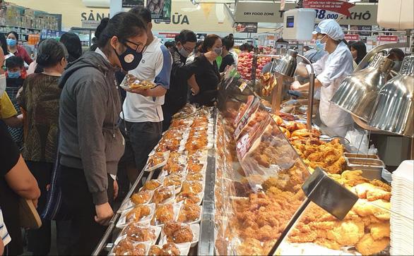 Sở Công thương TP.HCM yêu cầu: Siêu thị đảm bảo đủ thực phẩm chế biến, bổ sung hàng liên tục - Ảnh 1.