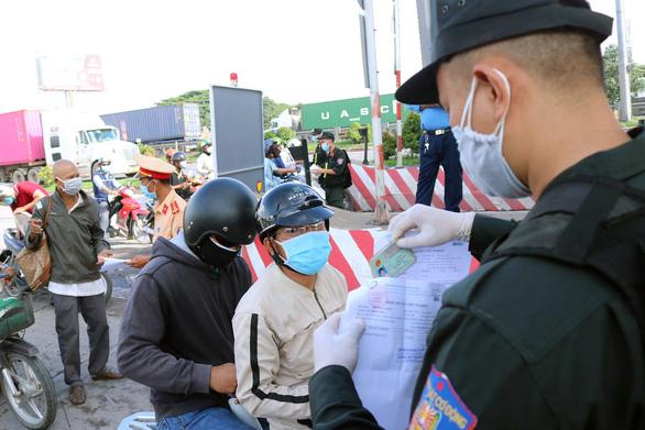 Ùn ứ tại khu khai báo y tế ở cầu Đồng Nai ngày đầu giãn cách - Ảnh 4.