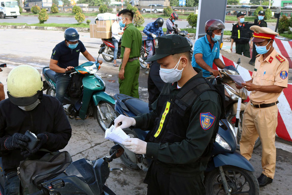 Ùn ứ tại khu khai báo y tế ở cầu Đồng Nai ngày đầu giãn cách - Ảnh 5.