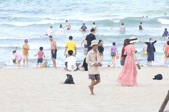 Đà Nẵng cho tắm biển và thể thao trong nhà, vẫn cách ly 21 ngày người từ vùng dịch - Ảnh 1.