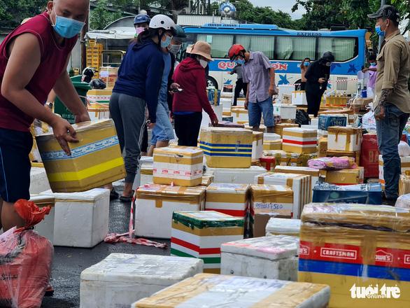Ngày đầu giãn cách, hàng quê tươi sống, chả bò, rau củ... từ khắp nơi 'tiếp tế' cho Sài Gòn - Ảnh 2.