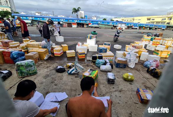 Ngày đầu giãn cách, hàng quê tươi sống, chả bò, rau củ... từ khắp nơi 'tiếp tế' cho Sài Gòn - Ảnh 5.