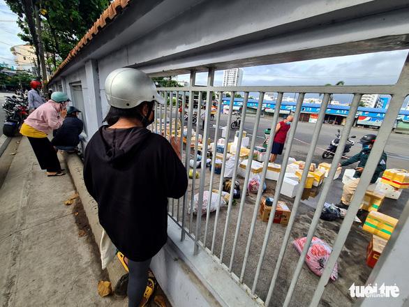 Ngày đầu giãn cách, hàng quê tươi sống, chả bò, rau củ... từ khắp nơi 'tiếp tế' cho Sài Gòn - Ảnh 6.