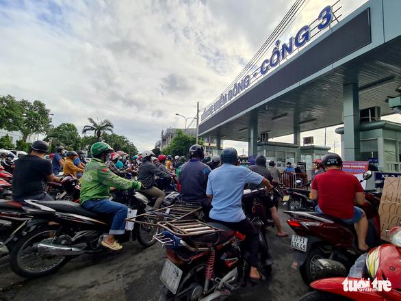 Ngày đầu giãn cách, hàng quê tươi sống, chả bò, rau củ... từ khắp nơi 'tiếp tế' cho Sài Gòn - Ảnh 1.