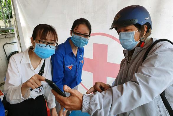 Ùn ứ tại khu khai báo y tế ở cầu Đồng Nai ngày đầu giãn cách - Ảnh 2.