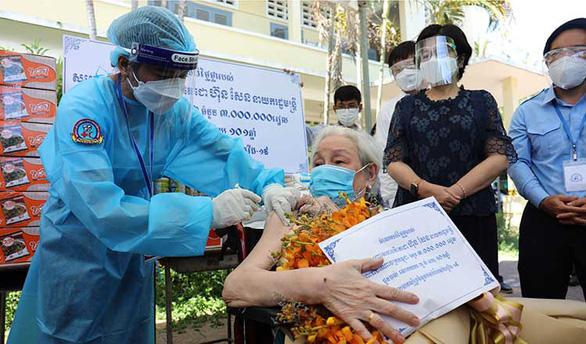 Cụ bà 102 tuổi ở Phú Nhuận đi tiêm vắc xin - Ảnh 1.
