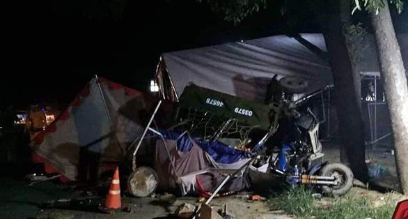 Gia đình 5 người đi xe ba gác về quê bị xe tải tông thương tâm - Ảnh 1.