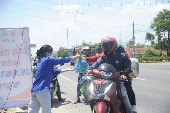 Quảng Nam tiếp tục đón công dân từ TP.HCM về quê - Ảnh 3.