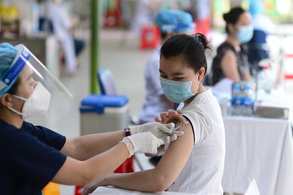 Tiêm vắc xin COVID-19 tại Bệnh viện Đại học Y dược TP.HCM phải đóng 388.000 đồng? - Ảnh 1.