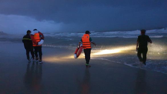 Tắm biển ở bãi đầy sóng lớn, 2 người chết, 1 người mất tích - Ảnh 1.