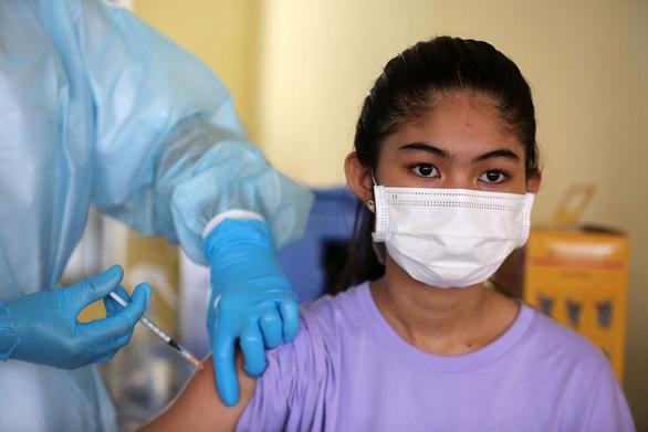 Campuchia bắt đầu tiêm ngừa COVID-19 cho nhóm thiếu niên - Ảnh 1.
