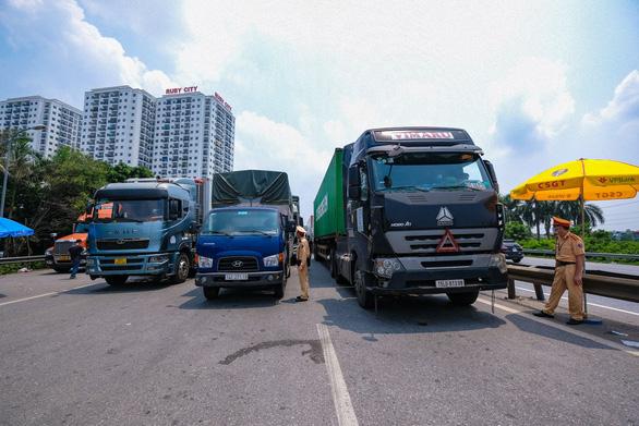 Hà Nội sẽ cấp mã xác nhận hoạt động cho xe chở công nhân, chuyên gia - Ảnh 1.