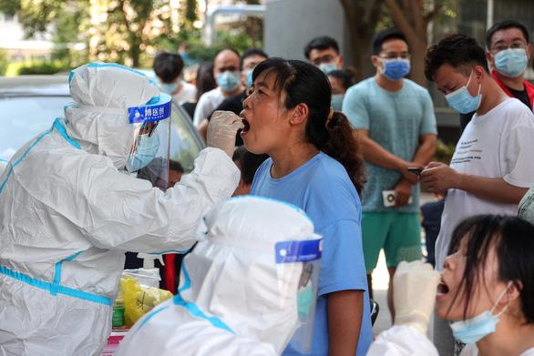 Lao công bệnh viện điều trị COVID-19 làm lây dịch tại thành phố 10 triệu dân - Ảnh 1.