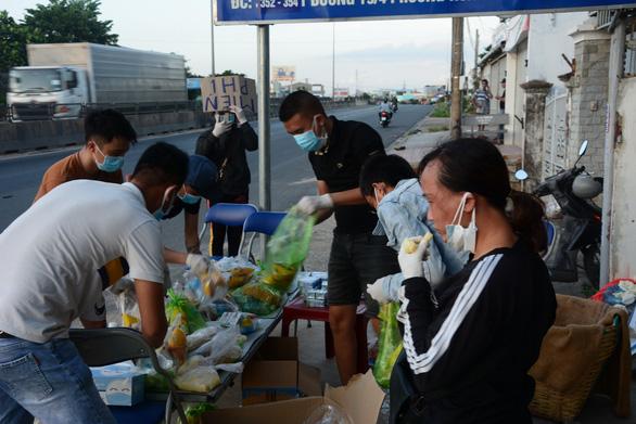 Người phụ nữ mang dép lê đi phát tiền giúp người về quê - Ảnh 3.