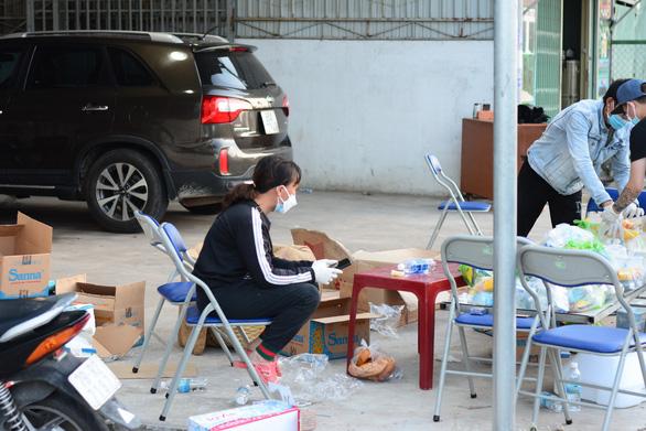 Người phụ nữ mang dép lê đi phát tiền giúp người về quê - Ảnh 4.