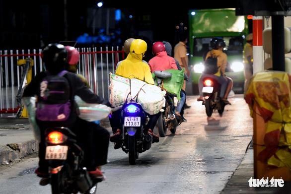 Đêm vạ vật của nhiều công nhân vì không được thông chốt' về quê - Ảnh 10.