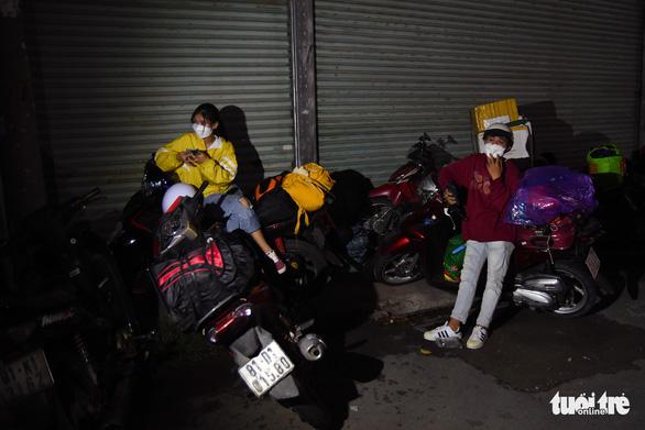 Đêm vạ vật của nhiều công nhân vì không được thông chốt' về quê - Ảnh 2.