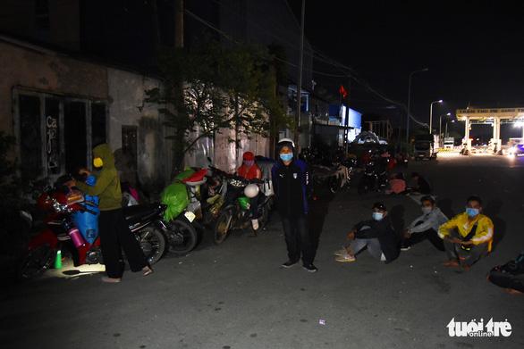 Đêm vạ vật của nhiều công nhân vì không được thông chốt' về quê - Ảnh 3.