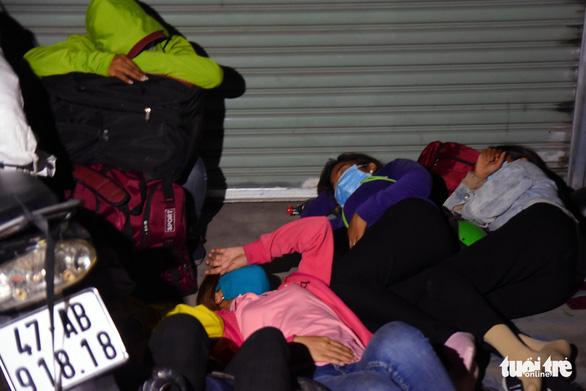Đêm vạ vật của nhiều công nhân vì không được thông chốt' về quê - Ảnh 4.