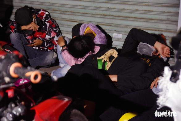 Đêm vạ vật của nhiều công nhân vì không được thông chốt' về quê - Ảnh 5.