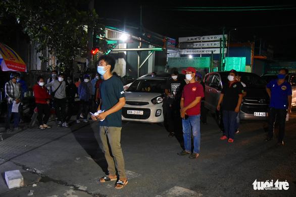 Đêm vạ vật của nhiều công nhân vì không được thông chốt' về quê - Ảnh 7.