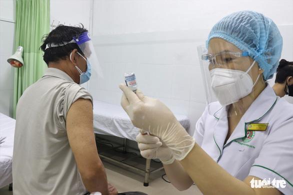 TP.HCM tăng 200 điểm tiêm vắc xin, tổng cộng 1.200 điểm - Ảnh 1.