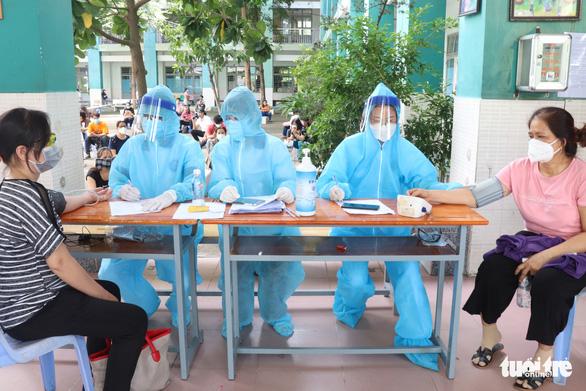 TP.HCM: Bắt đầu tiêm vắc xin cho người nhà thành viên chống dịch - Ảnh 1.
