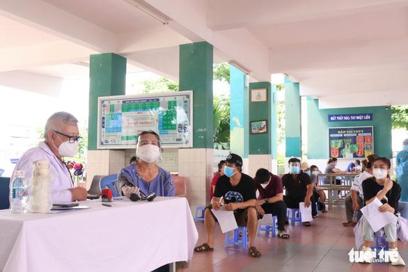 TP.HCM: Bắt đầu tiêm vắc xin cho người nhà thành viên chống dịch - Ảnh 2.