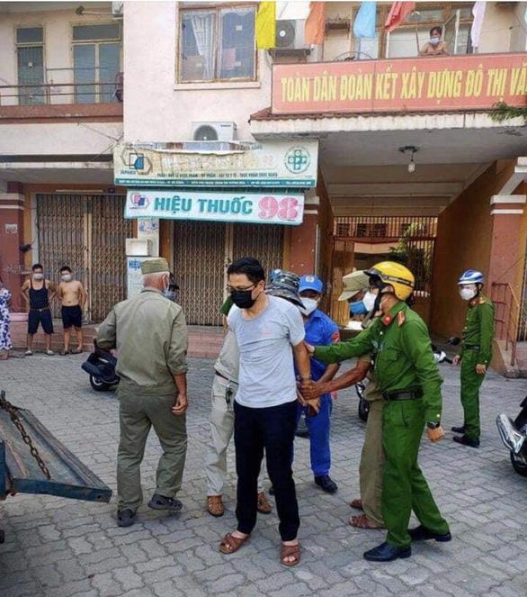 Khống chế phó chánh văn phòng Đoàn ĐBQH Đà Nẵng vì gạt tay trúng mặt nhân viên xét nghiệm - Ảnh 1.