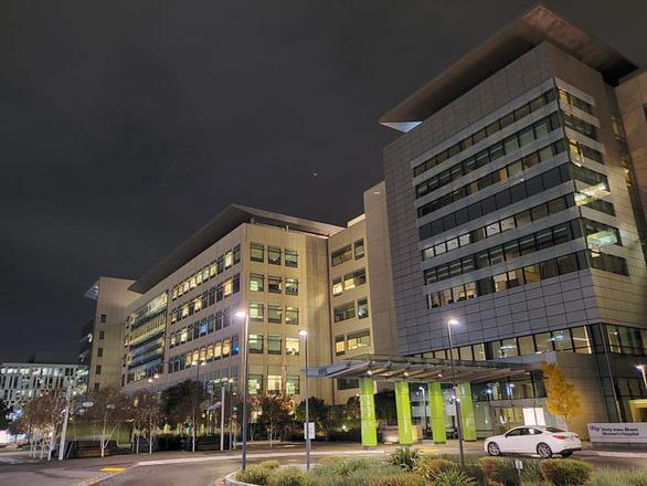 Vắc xin cứu hàng trăm ca nhiễm COVID-19 ở hai bệnh viện California - Ảnh 1.