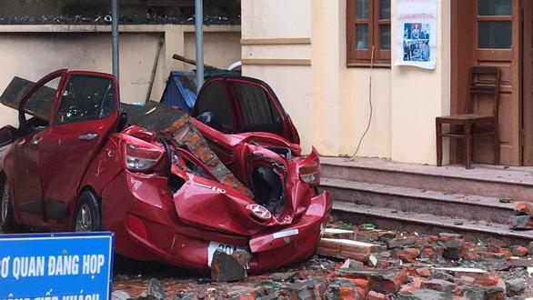 Đổ tường trong cơn dông đè bẹp ôtô, Bắc và Bắc Trung Bộ mưa lớn trong 2 ngày - Ảnh 1.