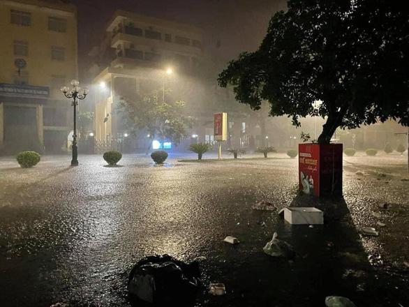 Đổ tường trong cơn dông đè bẹp ôtô, Bắc và Bắc Trung Bộ mưa lớn trong 2 ngày - Ảnh 3.